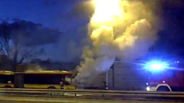 Pożar autobusu na Wale Miedzeszyńskim Shawman/ Kontakt24