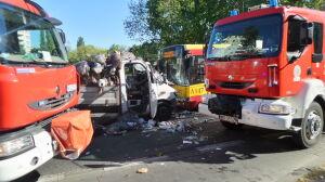 Wjechał pod prąd, czołowo uderzył w autobus. Cztery osoby ranne