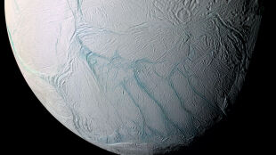 101 gejzerów na Enceladusie to dowód na istnienie podziemnego morza
