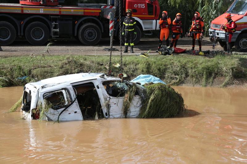 Samochód został wydobyty przy użyciu ciężkiego sprzętu (PAP/EPA)